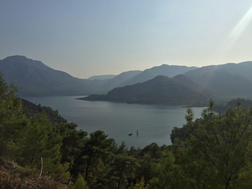 Ekincik Koyu'na giderken Köyceğiz Gölü sizlere harika manzaralar sunacaktır.