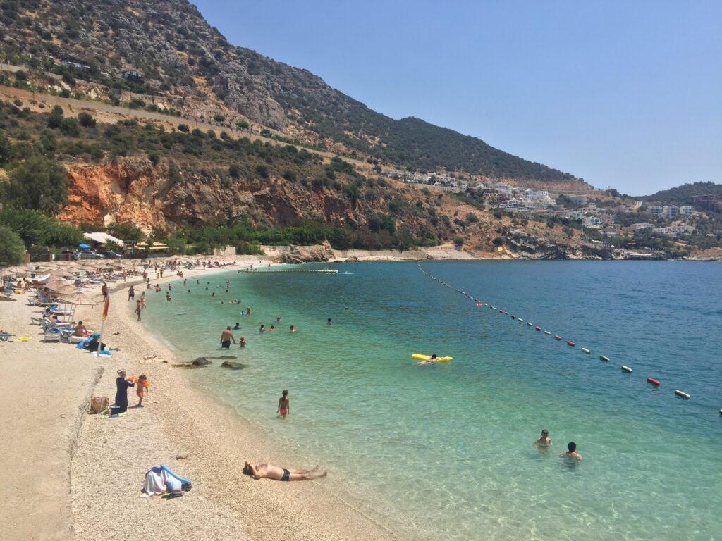 Kalkan Halk Plajı küçük ve şirin bir o kadar da güzel bir plajdır.